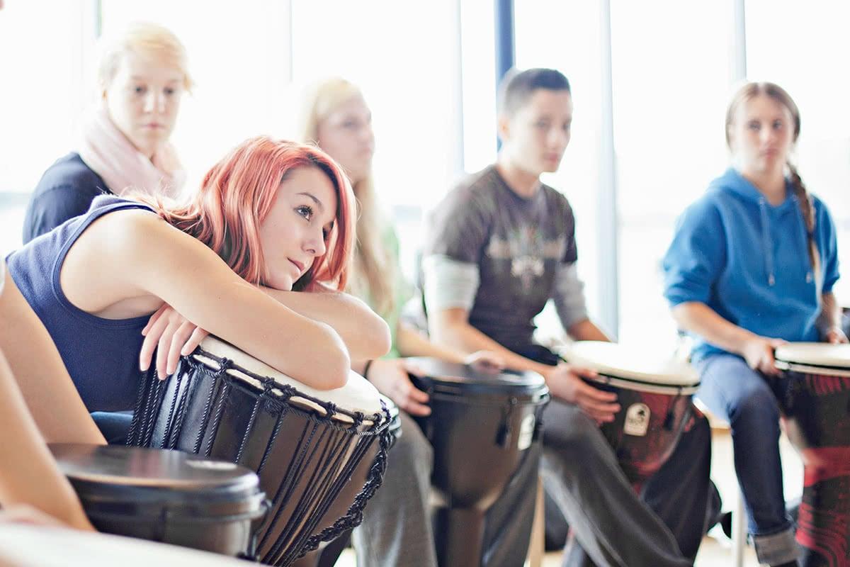 Schülerin beim Musikunterricht