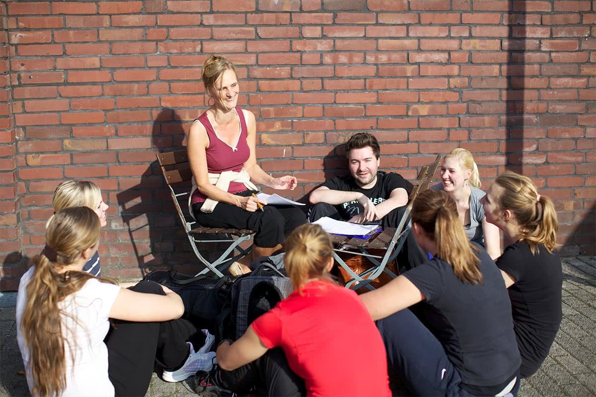 Schüler beim Unterricht im Freien