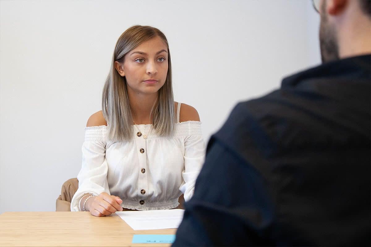 Schülerin im Gespräch mit Lehrer