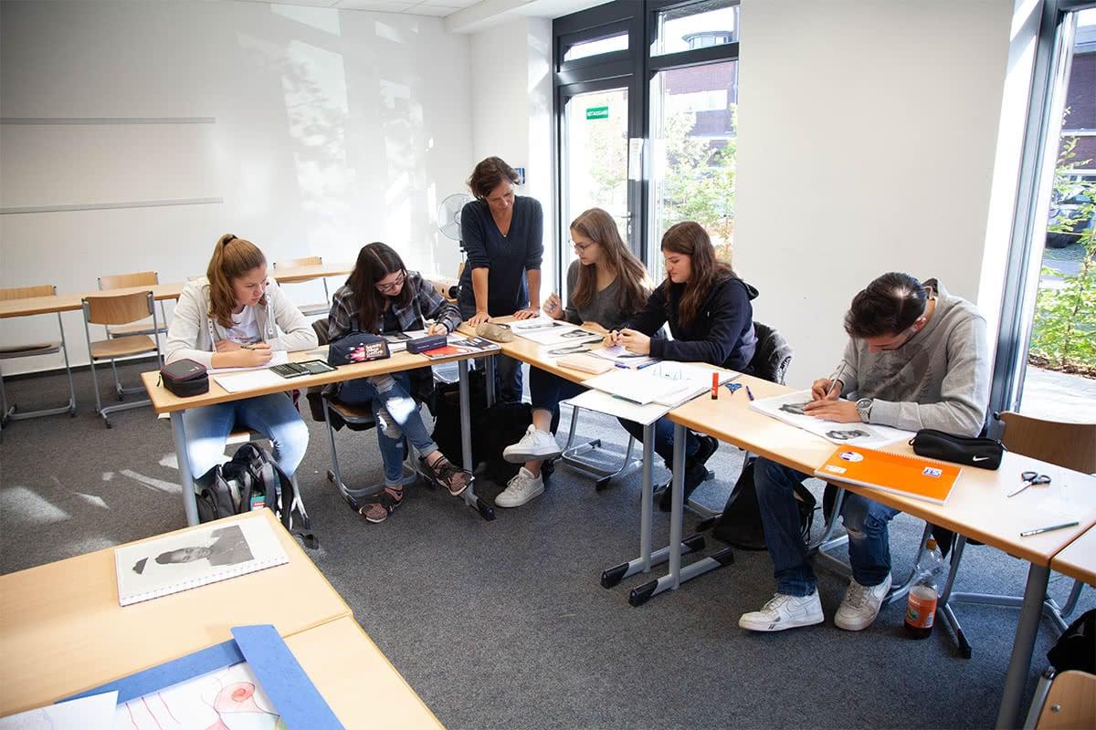 Schüler beim Malunterricht