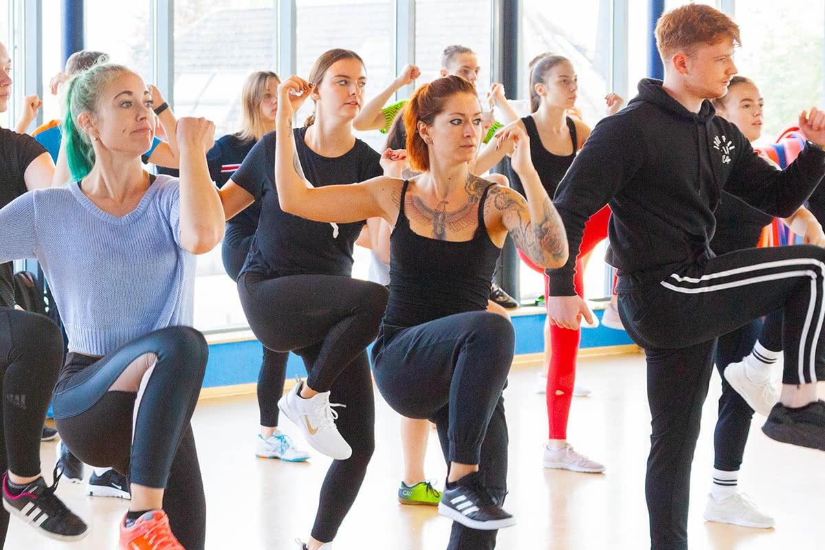 Schüler beim Gymnastikunterricht
