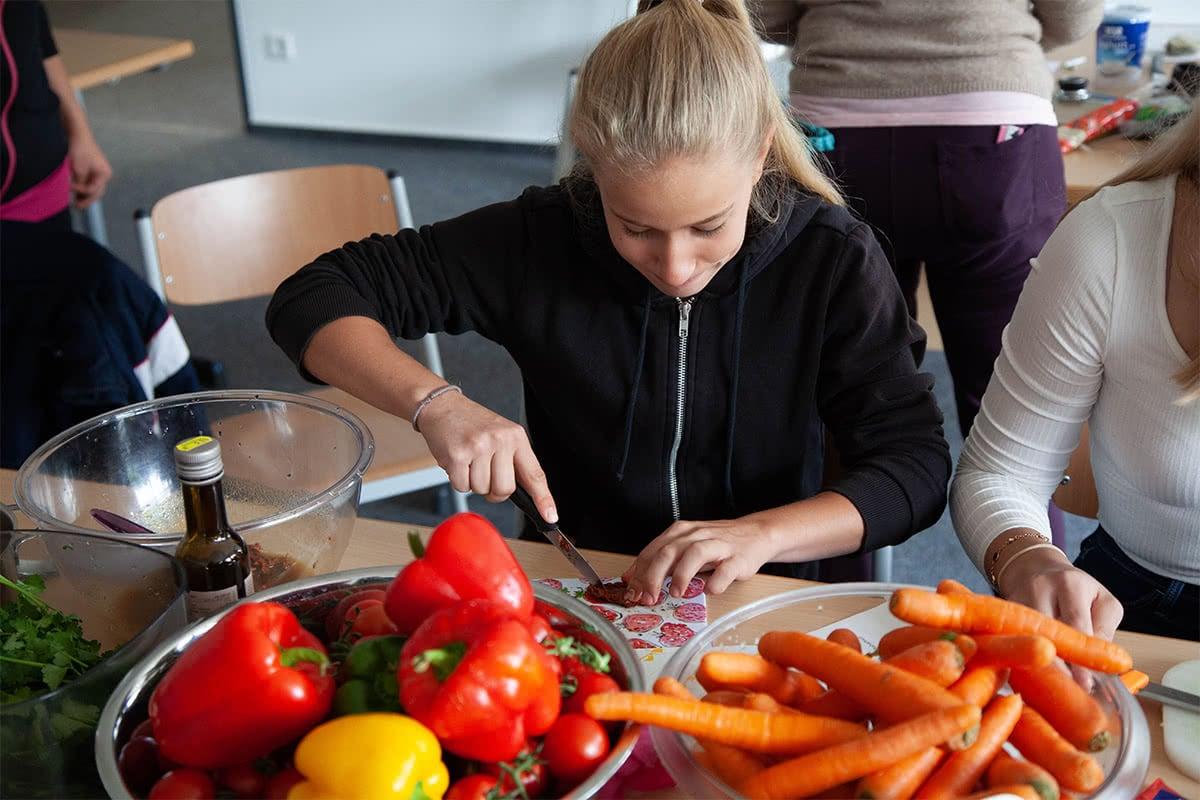 Schülerin beim Kochunterricht