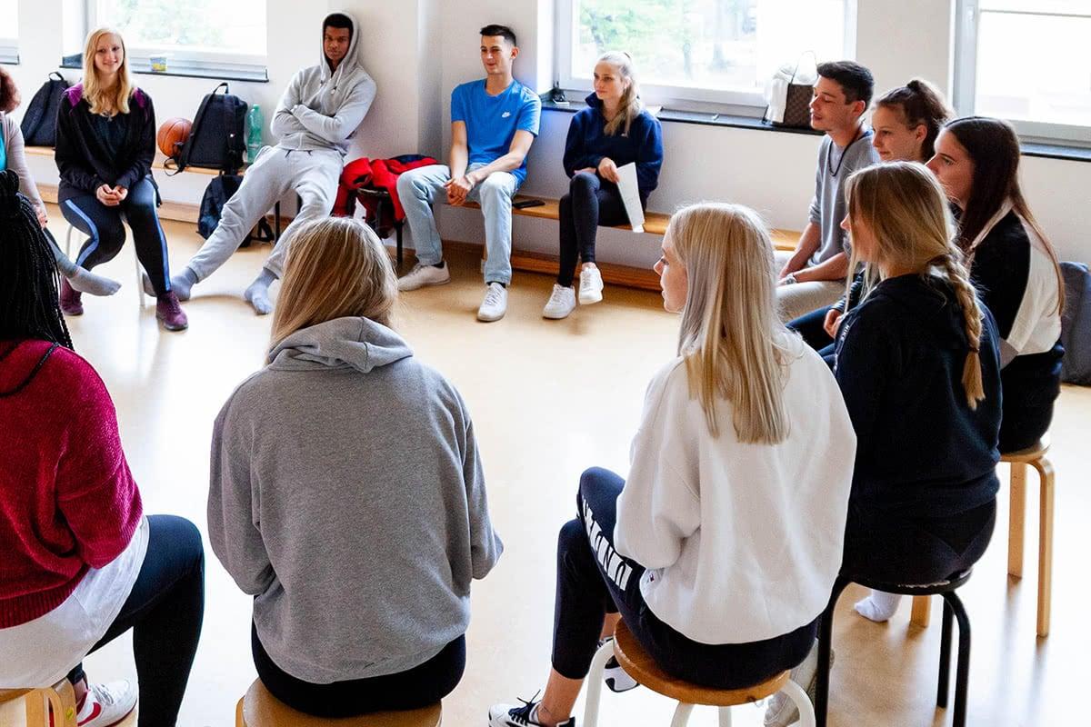 Schüler im Kreis beim Unterricht