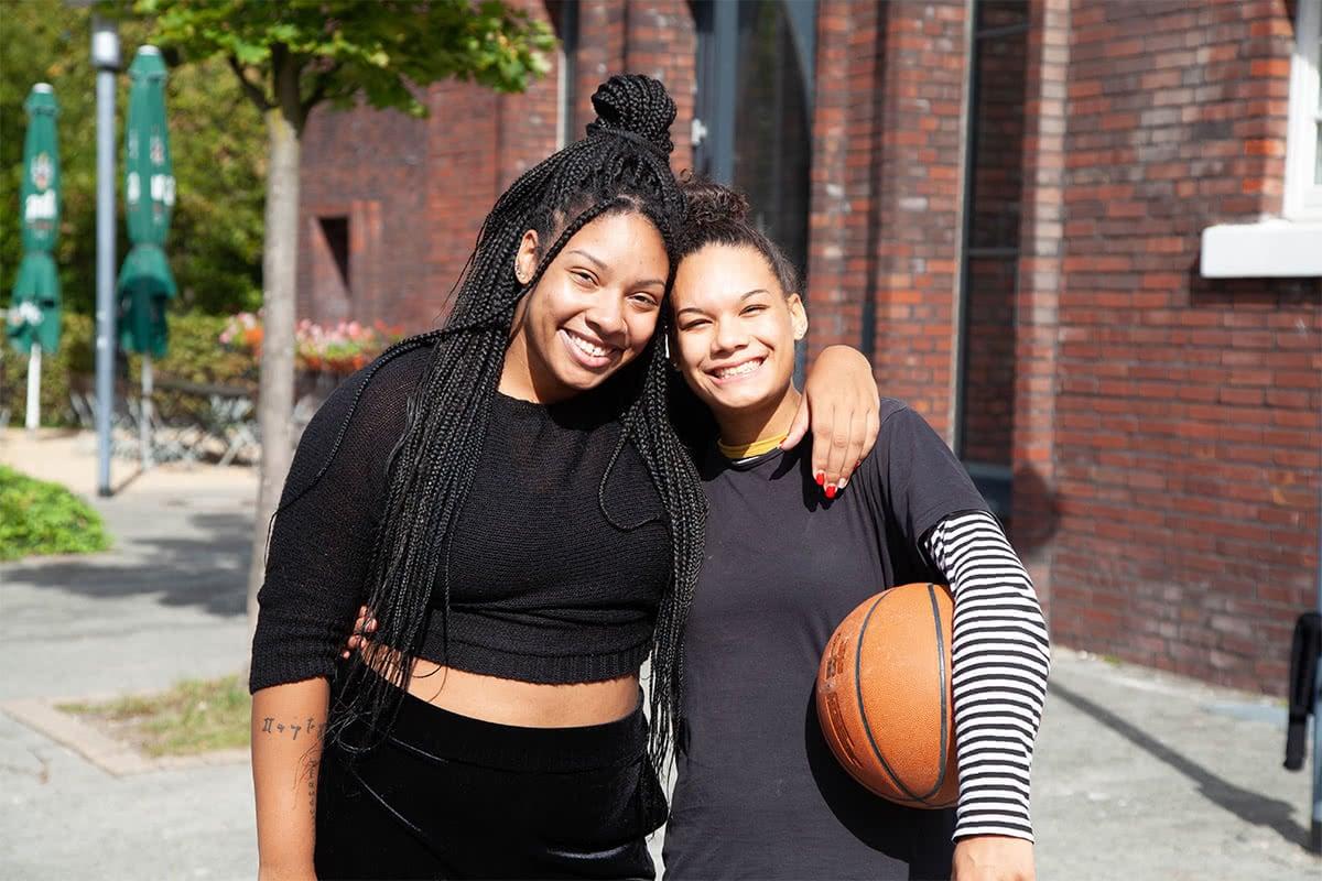 Freundinnen mit Basketball