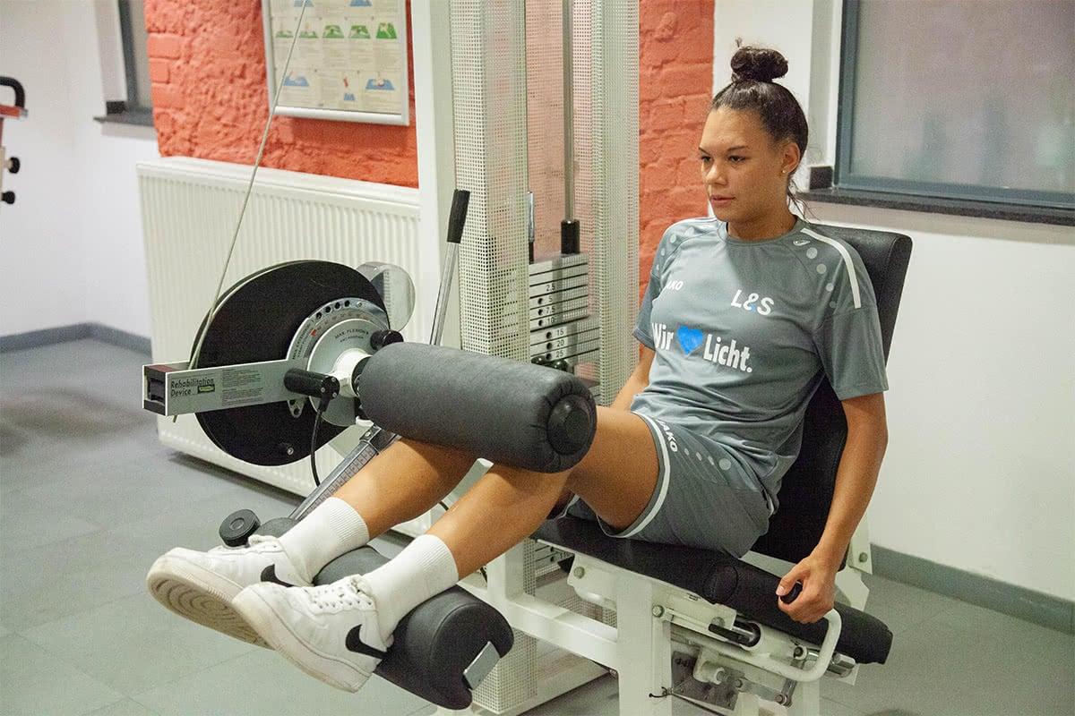 Mädchen am Fitnessgerät